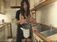 【無修正】欲求不満巨乳人妻と台所でSEX!!にんじん洗う手つきワロタw