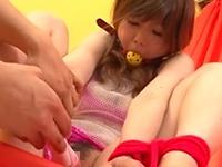 【無修正】M字で手足を緊縛された美少女にボールギャグを咬ませて電マ攻め!あいりみく