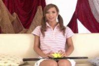 【無修正】可愛いスレンダー金髪ギャルがテニスラケットをおまんこに押し付けられて絶頂