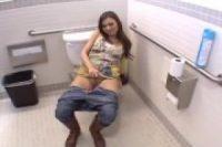 【無修正】【無】パイパン美女を公共トイレでファック