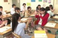 初心なロリ少女たちが教室の机でM字開脚で敏感まんこを弄られて愛液まみれ