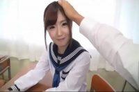頭を撫でられ照れ笑いする制服姿の美少女JKを思う存分に→wwwwwwwwwwwwww