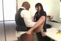 スーツ姿の美人OLが舐め回した黒人チンポを生挿入させる変態サービス