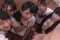 発情期の真面目な制服JKたちが教室で一人の男に群がってエッチなご奉仕