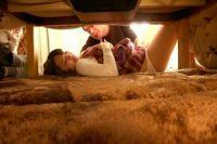 【寝取られSEX】隣に彼が寝てるのにっ…!! 彼の友人に生で入れられちゃって、愛液垂れ流すド変態娘。